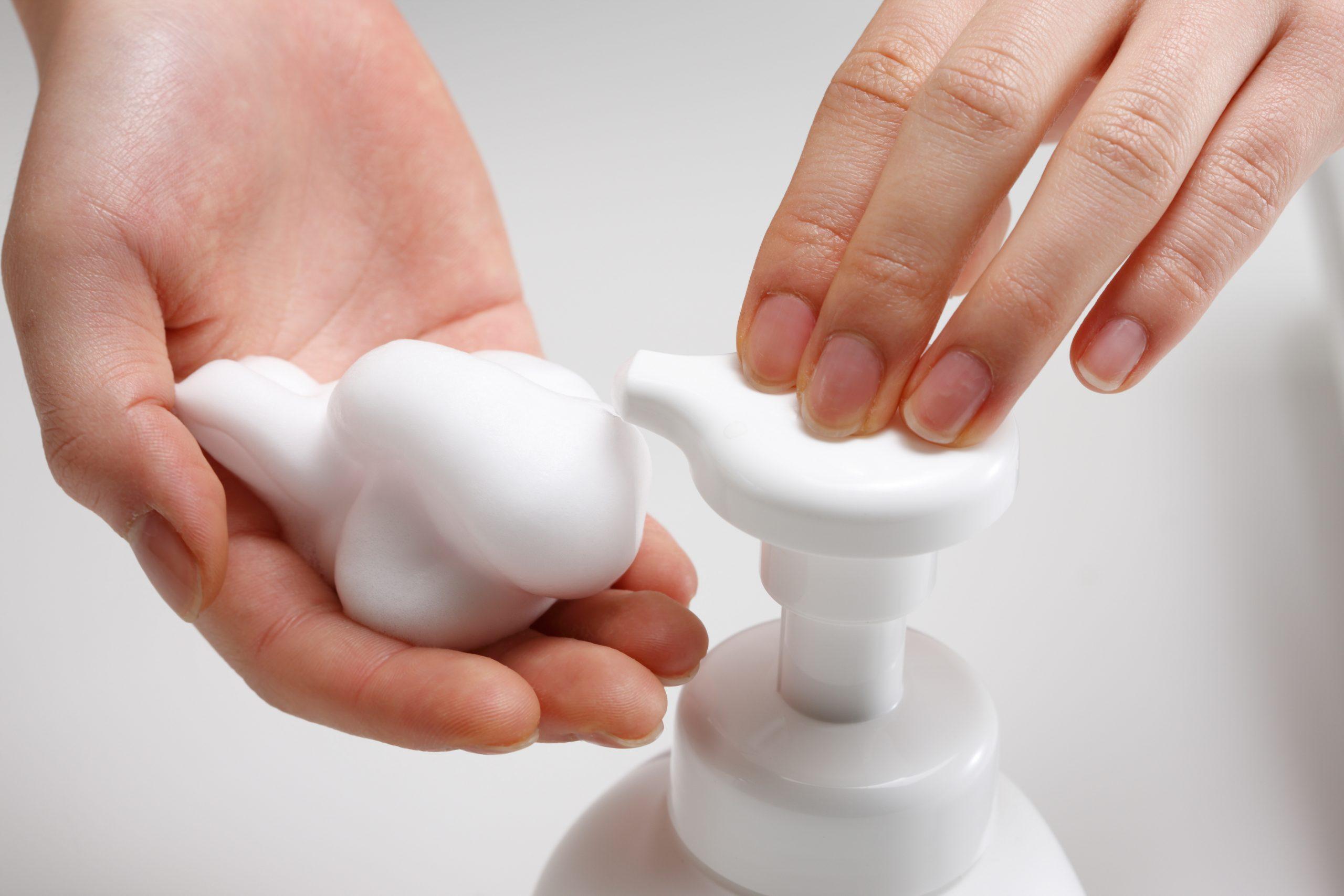 手を洗う少女の手